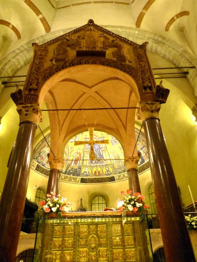 Le-ciborium-antique-de-la-basilique-Saint-Ambroise-de-Milan-notez-les-4-tringles-qui-soutenaient-les-voiles-entre-les-colonnes.jpg