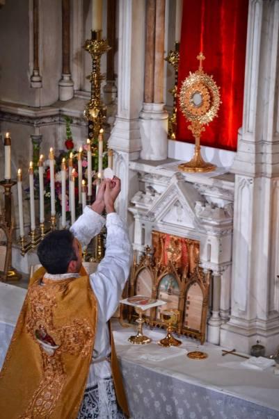 Messe-de-reposition-des-Quarante-Heures-célébrée-devant-le-Saint-Sacrement-exposé